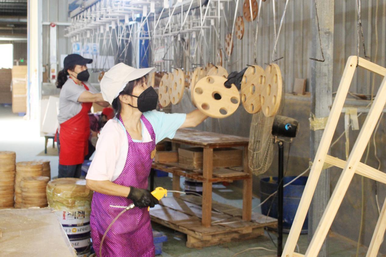 三星竹木制品公司,工人忙生产。