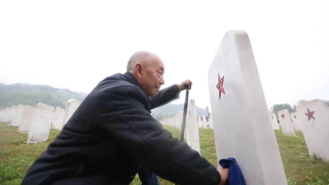 17225座無名墓碑,一家三代守了86年